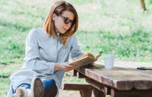 Cărți de citit la cafea. 7 idei de lectură pentru dimineți relaxante.