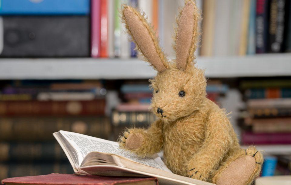 Simbol: 4 cărți în care iepurele joacă un rol important.