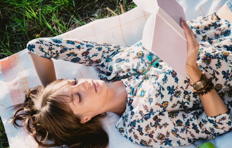 Cititul te relaxează la fel de mult ca o vacanță. Plus 3 cărți despre călătorii