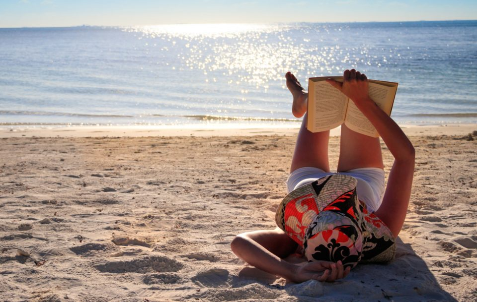 Ce să citești când mergi la mare. 7 cărți solare