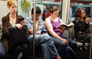 Ce citește lumea în metrou într-o zi obișnuită de toamnă