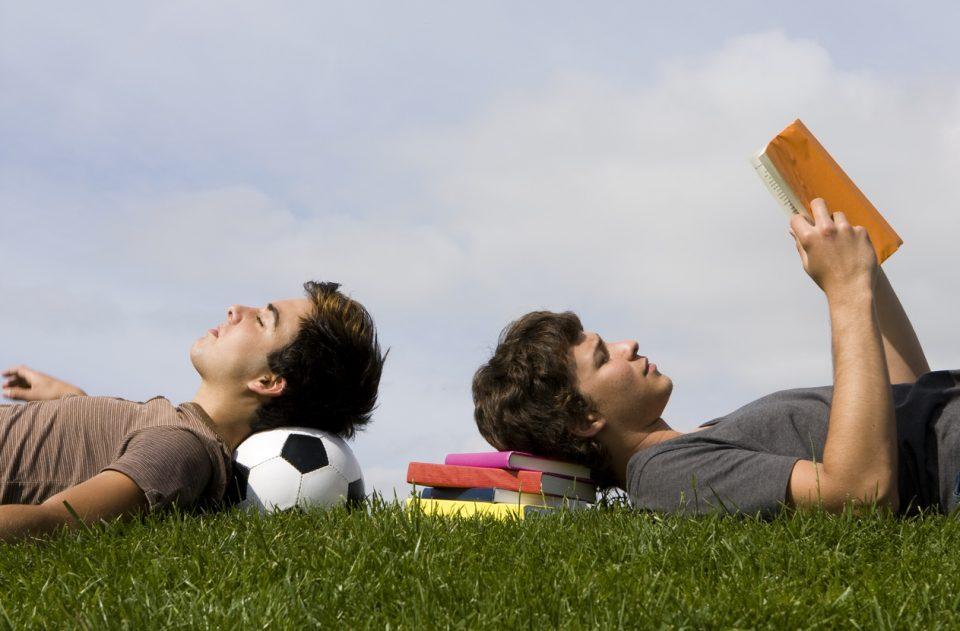 10 cărți pentru adolescenți, ca să-i convingi să citească